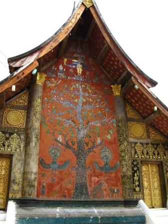 Tempelfront mit Wunschbaum