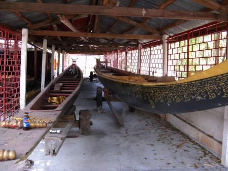 Wettkampfboot für Rennen, bei denen die Mönche der verschieden Klöster gegeneinander fahren