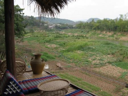 """Blick von der """"Utopia""""-Terrasse auf den Nam Khan. Im August 2008 war der Fluss so hoch, dass er diese Terrasse abriss."""