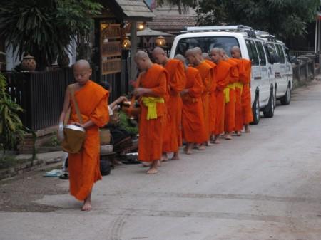 Mönche bei der Morgengabe