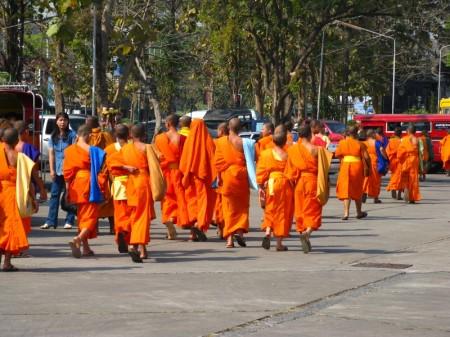 Mönche auf dem Bahnhofsvorplatz