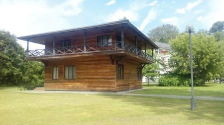eines der neueren Holzhäuser
