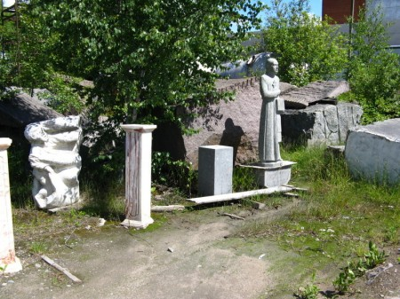 einst kommunistische Größen, heute Heiligenfiguren; Granit hält vieles aus