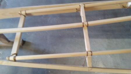 die Verbindungen werden nur mit Kunstsehnen gebunden, es gibt keine Nägel oder Schrauben im Holzgerüst