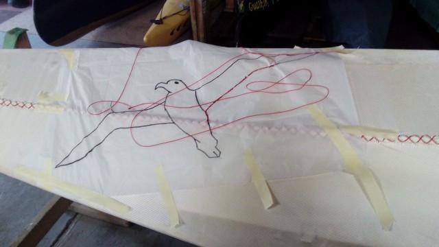 die Kontur wird auf dem Seidenpapier nachgestickt